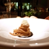 Spaghetti alla seppia e il suo nero, «questo è comfort food» ci dice Romano De Feo. Ma buonissimo: lo spaghetto di Gragnano viene mantecato in una salsa al fegato di seppia, quindi pepe del Nepal per una nota agrumata, il nero e la seppia cruda