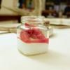 Mousse ai fiori di sambuco e fragole marinate