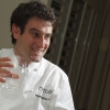 L'autore del piatto appena descritto è l'uomo (uomo o ragazzo? In fondo è un classe 1978...) che vedete nella foto. Di lui si è detto: «Ci troviamo, lo ripetiamo per l'ennesima volta, davanti a un GENIO. Ciò è, al disopra di qualsiasi altra considerazione, Josean Martínez Alija». Ecco, condividiamo totalmente queste parole che il grande critico gastronomico spagnolo Rafael García Santos, creatore de Lo mejor de la gastronomia, rivolge nei suoi confronti. Assaggiare i piatti di Alija è un'esperienza folgorante anche per il gourmet più disincantato. Paul Bocuse: «Una delle migliori cucine della mia vita».
