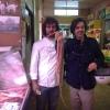 Matias Perdomo con Giuseppe Zen, patron di Mangiari di Strada, ieri mattina al mercato Ticinese