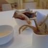 «La cucina in tempo di crisi»: pelle di baccalà e lische di alici, rese una sorta di chips croccanti e magari accompagnate con flûte di champagne, sono un appetizer piacevole ma capace – oltretutto – di richiamare l'elemento ittico che ispira lo stesso Gehry nella progettazione dell'edificio: le 30mila lamine di titanio che lo ricoprono assomigliano alle squame di un pesce... (Ma queste forme non ricordano anche Gaudì?).