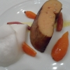 """«Per la prima volta la carta riunisce il lavoro degli ultimi anni e tende a umanizzarsi, con proposte meno di rottura», scrive ancora García Santos riferendosi al menu di Nerua. Umano e divino nello stesso tempo, diremmo, certo non di rottura ma di splendido piacere gourmand, è ad esempio il Foie gras asado en parrilla, zanahorias y """"makil goxo"""", dove gli altri elementi del piatto (carote, liquirizia...) son solo comparse o persino figuranti, perché predomina un solo vero protagonista: il trancio di fegato grasso dalla superficie sublime, croccante e tostata, con piacevoli note aromatiche. Proposta di minor complessità ma che si riassume facilmente, perfetta innanzi tutto nella sua intima natura: uno dei migliori foie gras che si possano mangiare al mondo."""