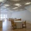 La sala del ristorante vanta un design pulito e minimalista, ad imitazione dello stile della cucina, come vedremo. Vi si accede superando l'ingresso principale che si trova vicino al fiume,dopo essere saliti per una scala in pietra; ci si trova nel corridoio col soffitto di titanio, nel quale una parete-cantina di vetro e metallo, trasparente, con le bottiglie in bella vista nelle intercapedini a temperatura controllata, separa dalla zona dei tavoli. Questi sono ricoperti con una tovaglia bianca, solo successivamente vi vengono via via aggiunti tutti gli altri elementi.