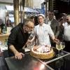 30 settembre: Massimo Bottura festeggia il suo 52mo compleanno a Identità New York, prima che inizi la lezione di Moreno Cedroni e Mario Batali. La torta è di Katia Delogu, pasticciera di Eataly New York, alla sua destra