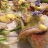 Marzia Buzzanca, Percorsi di Gusto, L'Aquila  Pizza, agnello cacio e ova. Un piatto abruzzese fatto pizza. Anziché lo spezzatino di agnello, per farcire meglio la pizza in modo che sia anche più comoda da magiare ho cotto l'agnello a rollè con i suoi odori: rosmarino, pepe, vino bianco e limone. L'uovo viene aggiunto sopra a colatura , cotto a 80°Ccon aggiunta di pecorino, pepe nero e limone.Decorativi i fiori di borragine. Oltre alla mozzarella in cottura, per dare la croccantezza come base viene aggiunta la puntarella