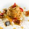 ...seguito daiCapellini aglio olio peperoncino e anguilla affumicata, anno 2008:prima si usava il cacao, mentre ora si utilizzano solo le fave del cacao che conferiscono un gusto più amarognolo. L'anguilla viene affumicata dallo chef stesso