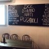 «DOC, siamo nati pizzaioli» è scritto su una grande lavagna in una delle due pizzerie chiamate DOC da Tony Nicolini. Questa è quella in Albert Park