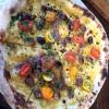 Una ricca intepretazione da parte di Tony Nicolini della Marinara con passata di pomodori gialli ad armonizzare acciughe, capperi e olive