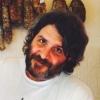 Raffaele Sangiovanni, co-patron di Taglio,via Vigevano 10 a Milano, +39.02.36534294. Classe 1967, dopo oltre 25 anni tra cinema e media televisivi (tra gli altri, lancia Disney Channel ed è direttore marketing di Mtv Italia)«decido di darci un 'taglio' e vado dove mi porta la pancia». Vive con tre bellissime bionde e 4 gatte