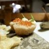 Crosta di pane cotta al vapore, caviale di salmerino, burro di malga.Gli appetizer sono accompagnati da una tisana dolomitica aromatizzata ai funghi porcini