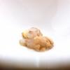 Sparnocchi («Li abbiamo presi a Viareggio che erano vivi») al naturale, limone fritto, granita di spremuta delle teste degli sparnocchi stessi passate al torchio, birra lambic. Grandissimo piatto, «e poi poco da dire: sui frutti di mare il limone ci sta bene». (Lui però lo frigge)