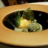 L'uovo delle Dolomiti: uovo su crema di piantaggine, betulla, betulla candita, lichene bianco, riduzione di porcini