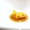 Cappelletti ripieni di zucca rimasta due settimane nel miso«che la cuoce». Il brodo amaro è fatto con limone, ginger,tarassaco e rafano, lasciati infondere una notte a freddo e poi bolliti
