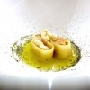 I paccheri Felicetti racchiudono delle croste di parmigiano e ricci di mare, il brodoè ottenuto infondendo a freddoper tre giorni gli scarti di verdura, vi si cuoce la stessa pasta