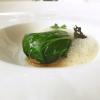 Uovo infuso nel tè, piatto davvero complesso e tecnico: l'uovo sodo viene infuso per due ore in un liquido aromatizzato con tè verde, soia, alloro, vino di riso e anice stellato, poi affumicato bruciando (ma togliendo l'aria) riso, zucchero e foglie di tè verde, quindi racchiuso in foglie morbide di pak choi e accompagnato con un'aria dello stesso infuso. «A Pechino cuociono l'uovo in questa soluzione anche per due giorni, noi no perché risulterebbe troppo asciutto»