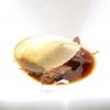 Il velo di mela cotta quasi nasconde il cinghiale bollito in un brodo con fagioli rossi fermentati, katsuobushi di palamita, saba e senape. Vi si lascia sciogliere del burro acido. Tra cinghiale e velo, anche cipolle biondite e montate a purea