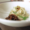 Pasta biang biang, carne di maiale croccate, aceto di riso. La pasta biang biang è una specialità diXi'an: si tratta di pasta fresca resapiccante condendola con olio al peperoncino