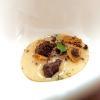 Dulce de leche piccante al peperoncino, nepitella, polvere di cioccolato e di cavolo nero, capperi, alga wakame, lievito spento e biscotto alla zenzero
