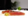 Trota salmonata marinata, rafano, kiwi fermentato e brodo freddo di mela:la pelle della trota è bruciata, il brodo è come un dashi, solo che il succo di mela è al posto dell'acqua