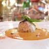 Seppia,panzanella, parmigiano, basilico, balsamico. La seppia, scottata, è ripiena di panzanella, poi jus di pomodoro, gocce di balsamico, una cialda di parmigiano e basilico sia fresco che fritto