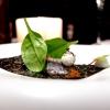 Alice Temaki: alice marinata nell'aceto di riso e yuzu, ricotta di bufala al wasabi fresco, spinacino novello, polvere di kombu e tobiko