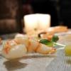 Bufferfly Ebi: gambero viola di Sant'Antioco scottato in padella, carote multicolore marinate nel dashi e aceto di riso, estrazione di carota gialla, zenzero e sancho fresco, cappero di pantelleria candito