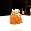 Gunkan 2, ovveroSake granchio:salmone, granchio reale, maionese e tobiko