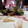 Salsiccia nel vino rosso, radicchio cotto con la senape,«al mercatino di Natale di Lubiana il piatto tipico è la salsiccia con ciccioli e vin brulè»