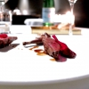Piccione cotto in due tempi, salsa allo sherry, barbabietola rossa marinata ai chiodi di garofano