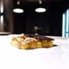 Semi e radici, bellissimo dessert: due creme (alla liquirizia e al caffè), zenzero candito, cialde di sesamo bianco e nero non tostato e di semi di girasole. Si serve con una tisana alla curcuma e zenzero. Gioco di consistenze e contrasti