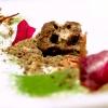 Un dolce raffinato e complesso:Finto tartufo di castagne e miele, funghi, lamponi essiccati, erbe, meringa bruciata, biscotto di erbe e funghi, tartufo e gelato di tartufo. Il miele è quello della laguna di Grado, di fiuri de tapo, rarissimi:spuntano nelle barene durante la bassa marea. E' prodotto dalla giovane apicoltrice israeliana ShiraBaron, trasferitasi a Faedis, in provincia di udine, la sua azienda si chiamaBar-on Shira