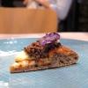Guancia brasata, zenzero, rafano e chips di patate viola