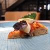 Si chiude il giro di pizze con una classicissima: Pomodoro del Piennolo diGennaro Esposito, basilico verde e viola, mozzarella di bufala, olio evo e olio piccante