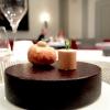 La nostra cena da Alfio Ghezzi nelle foto di Tanio Liotta. Si inizia con gli appetizer: Cannolo al sesamo, formaggio bianco ed erba cipollina e Mozzarella di carrozza, crema d'acciuga e maggiorana