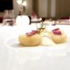 Patate, patate, patate: gnocchi di patate, soffice di patate e salmerino, polvere di patate viola e pancetta croccante. Piatto golosissimo
