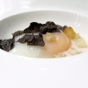 Uovo, crema di calamari, calamaretti croccanti, patata noisette e tartufo nero. Classici accostamenti ben realizzati, c'è sempre una bella attenzione a texture e temperature