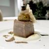 Tonno rosso scottato, crema di cavolfiore, Marsala, tartufo ibleo e foie gras bardato di pistacchi, chips di grano Senatore Cappelli. Complesso e convincente, dedicato a Rossini, han chiamato il piatto L'appetito e l'amore