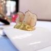 Il nostro pranzo da Paolo Teverini, nelle foto di Tanio Liotta. S'inizia con gli appetizer, qui Spuma di bufala e curcuma, chips di topinambur