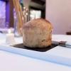 All'inizio del pasto, al tavolo, un panetto ancora da cuocere. Viene quindi preparato al momento il pane a lievitazione naturale con paprika e rosmarino, servito caldo di forno