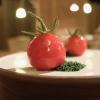 Finto pomodorino su pane verde all'acciuga