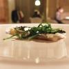Buono anche lo Storione, bernese, cavolfiore, olive. Il pesce è marinato in sale grosso, poi fiammeggiato con salsa di soia, miele, misoe aceto, quindi cavolfiore crudo, polvere di olive nere e verdi, alghe, una bernese classica e agretti