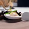 Lo chef fa subito centro col Gelato di mare: gelato di scampi, yogurt con lime, caviale di gò (non è in commercio: viene da un pesce della Laguna veneta)e asparagi selvatici. E' servito su foglie di carciofo bruciate