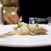 «I colori hanno un sapore?» si chiede Franzin. Così ha ideato un piatto che, resettando ogni certezza cromatica, affidi il giudizio solo alle papille gustative: Fragole verdi, asparago, uovo, polvere di fibra d'asparago verde e sedano, caviale bianco di orata Friultrota