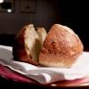 La nostra cena al Dina nelle foto di Tanio Liotta. Il pane pugliese da lievito madre è aromatizzato con acciughe, capperi, olive e scorze di limone. Viene servito con burro alla scorza d'arancia