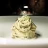 Spaghettino in salsa di ostrica e lardo. Superbo. Lo spaghettino è del pastificio Rubiero, artigianale, texture non al dente, lunga essicazione. È condito anche con caviale e sedano croccante. Piatto che spacca, «Andrea Grignaffini lo vorrebbe freddo», lo chef non è d'accordo, «tra l'altro assomiglierebbe troppo all'Insalata dispaghettialcavialeed erba cipollina di Marchesi».