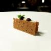 Sandwich di fegato, con pan di spezie, fegatini di pollo e foie gras, gel di Recioto e cavolo rapa