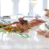 Tokino, taccole e Patanegra: i ciuffi dei calamaretti sono fritti, le teste alla piastra; le taccole sono ripiene di piselli e Patanegra. Poi polvere di cipolla bruciata, maionese, clorofilla di prezzemolo. Piatto golosissimo