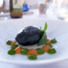 Bella cena al Villa Pignano diBorgo Pignano, negli scatti di Tanio Liotta. S'inizia con Camouflage di melanzana alla parmigiana e burrata, con crema di pane, di pomodoro candito e di basilico