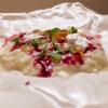 Ottimo ilRisotto Carnaroli di Maremma con parmigiano, gocce di extravergine al limone, estratto di barbabietola e ribes, con primo salehome made, purea di pesca e 10 erbe e fiori aromatici