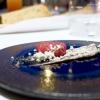 La cena da Arnolfo negli scatti di Tanio Liotta. S'inizia con gli appetizer: Tartare di Chianina di Simone Fracassi (leggi anche: La crociata di Fracassi, re della Chianina), maionese vegana alle olive e olio in polvere